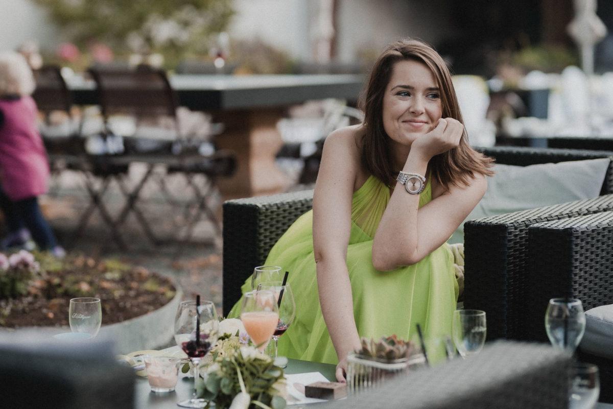 Brautjungfer,grünes Kleid,Armbanduhr,lachen,Sitzecke