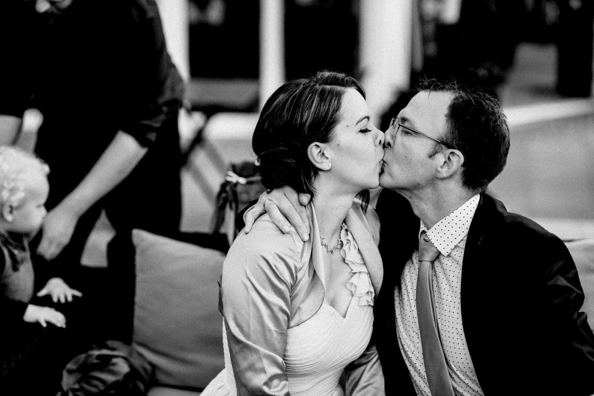 Paar,Kuss,Mann,Frau,Krawatte,Hochzeitsgäste