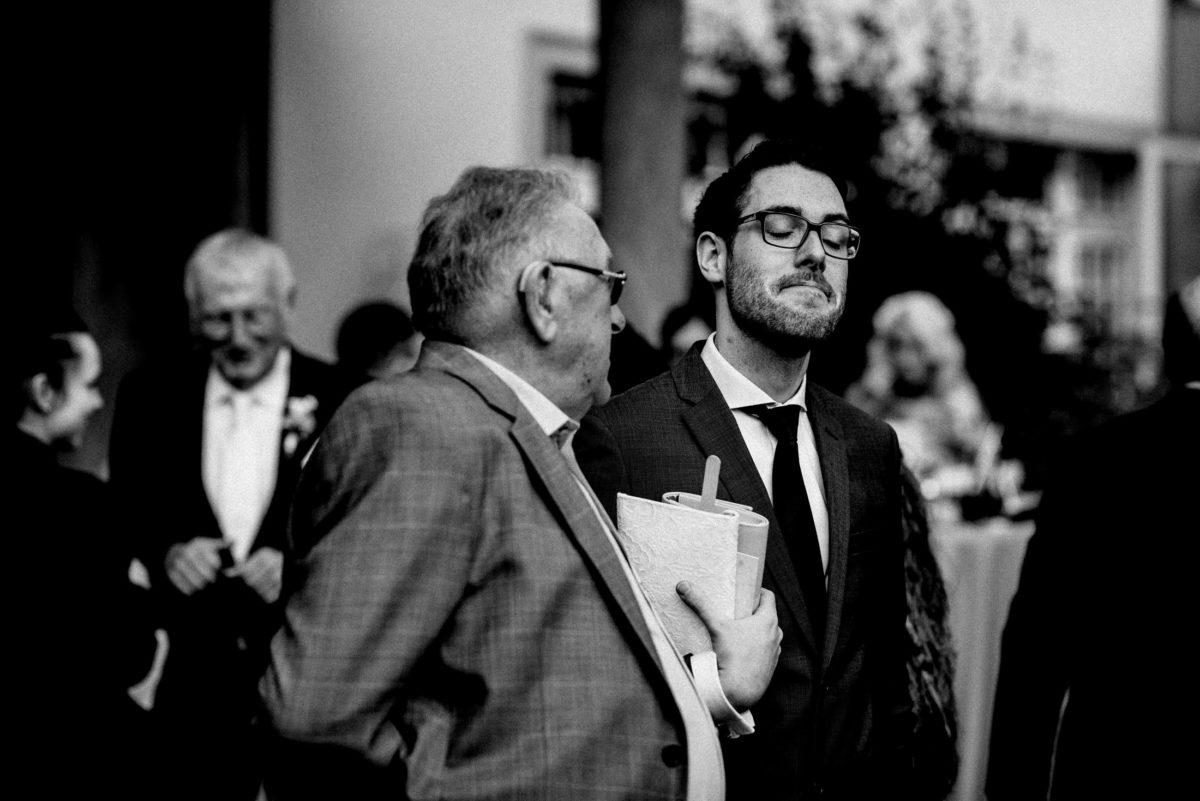 Unterhaltung zwischen Männern, Anzüge,Brille