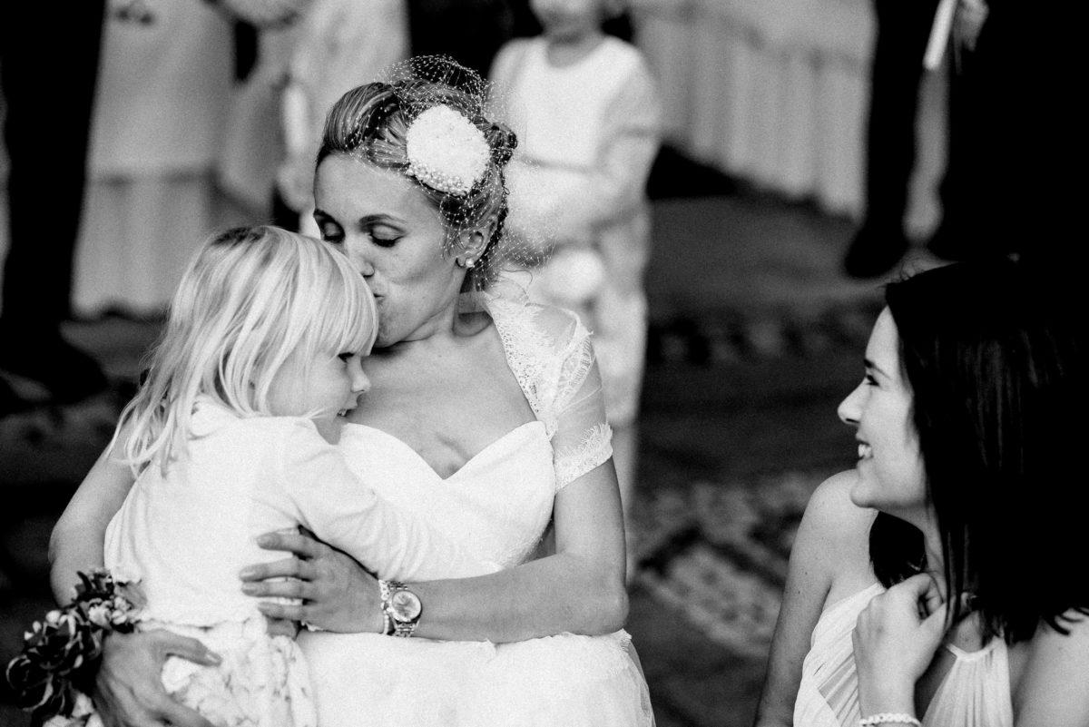 Braut,Kind,Kuss,lachen,freude,kuscheln