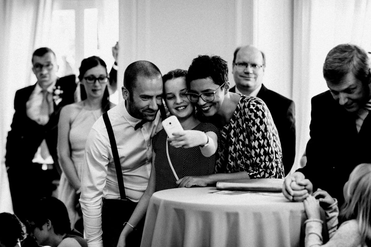 Selfietime,Handy,Hochzeitsgäste,Stehtische,lachen