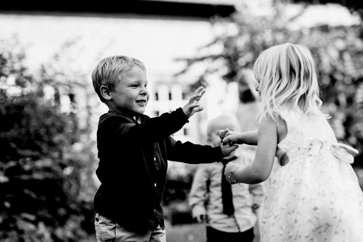 Mädchen,Junge,spielen,Kinder,Kleidchen