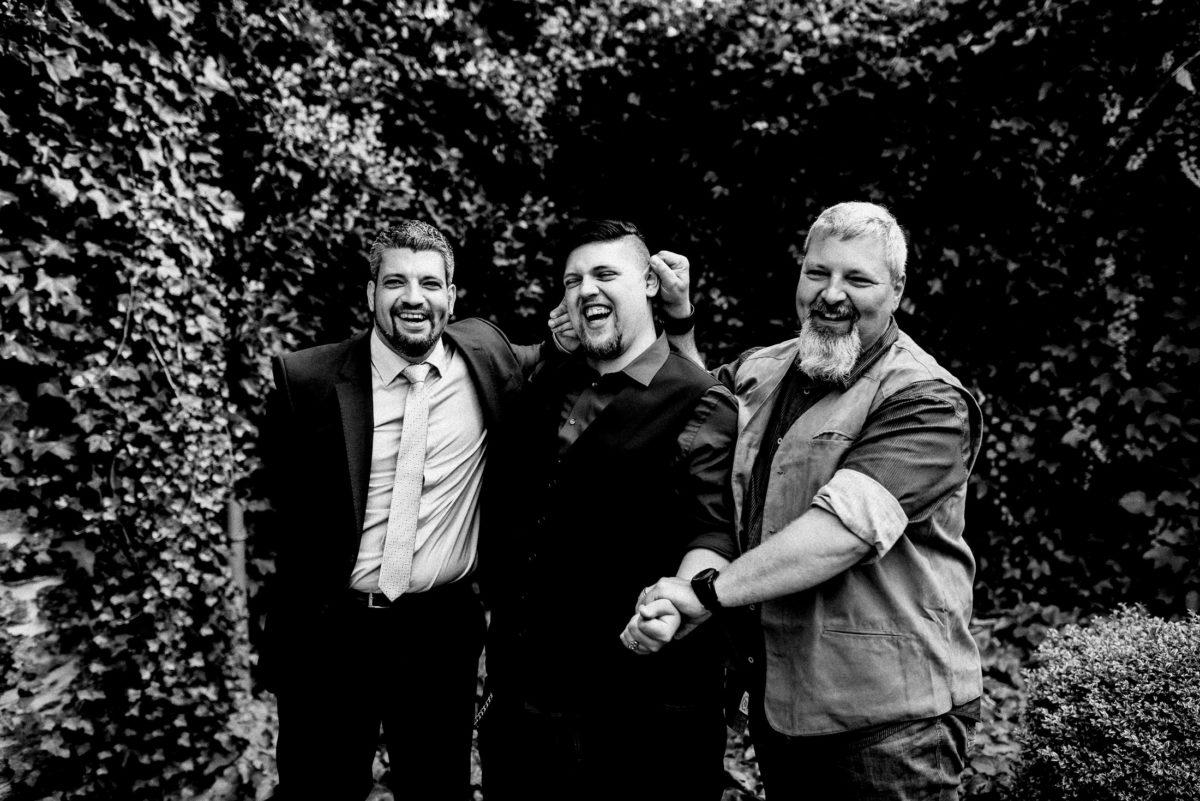 Männer,Hecke,Krawatte,lachen,Spaß machen