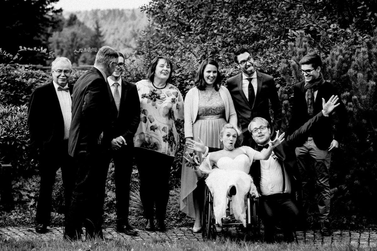 Familienfoto,Hochzeit,Bäume,Arme hoch,lachen