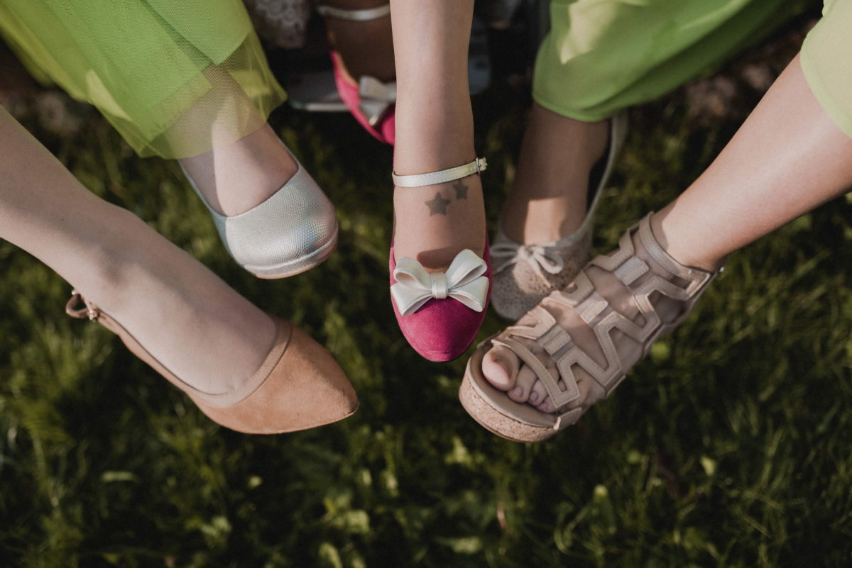 Frauenfüße,Damenschuhe,braun,rosa,Nagellack