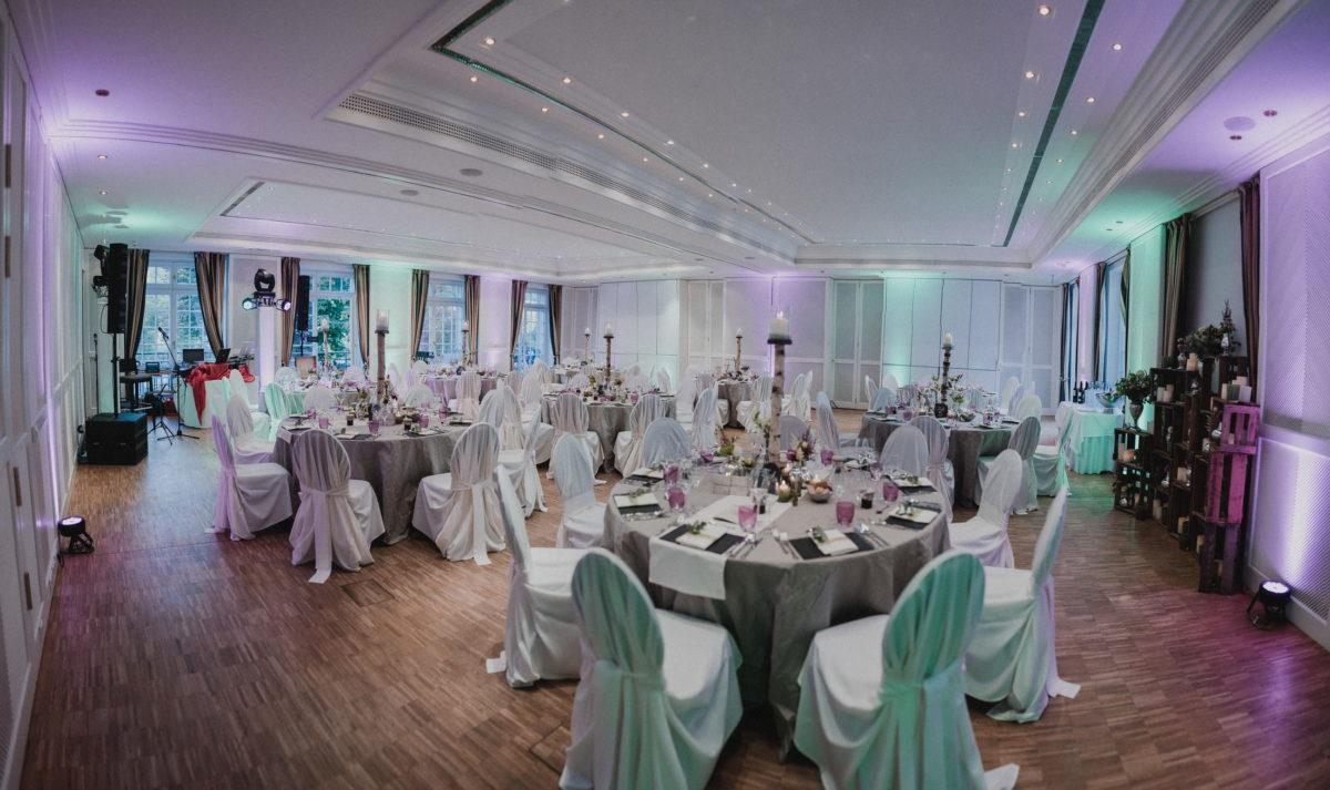 Festsaal,Hussen,runde Tische,festlich,lange Gardinen