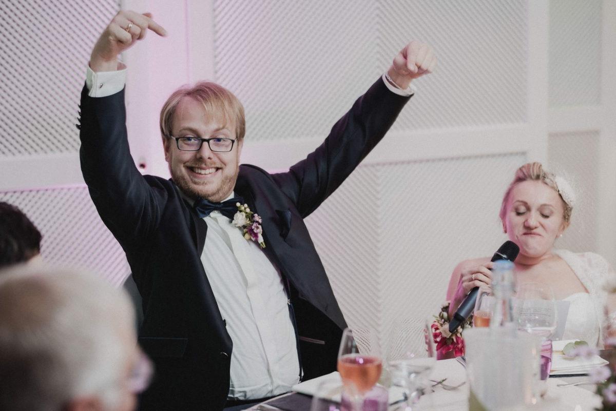 ansprache Braut,Bräutigam,lachen,zeigen,Mikrofon