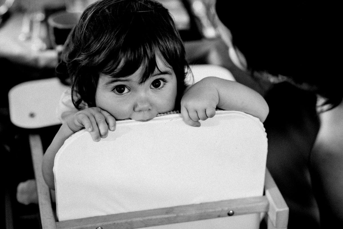Kinderstuhl,Mädchen,große Augen,knabbern