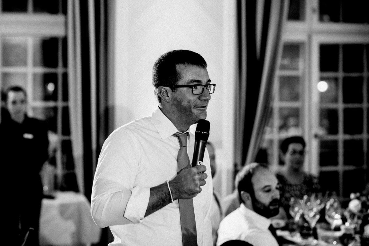 Rede halten,Hochzeit,Mikrofon,Brille,Armkette