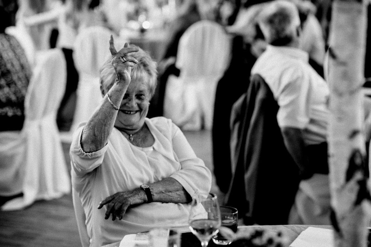 ältere Dame,lachen,Finger heben,melden