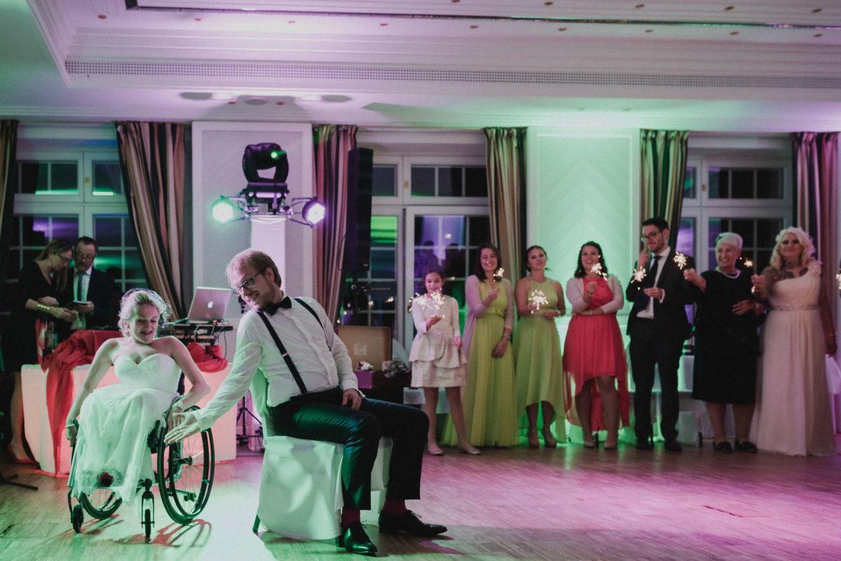 Hochzeitstanz,Braut,Bräutigam,Wunderkerzen,Gäste,Tanzfläche