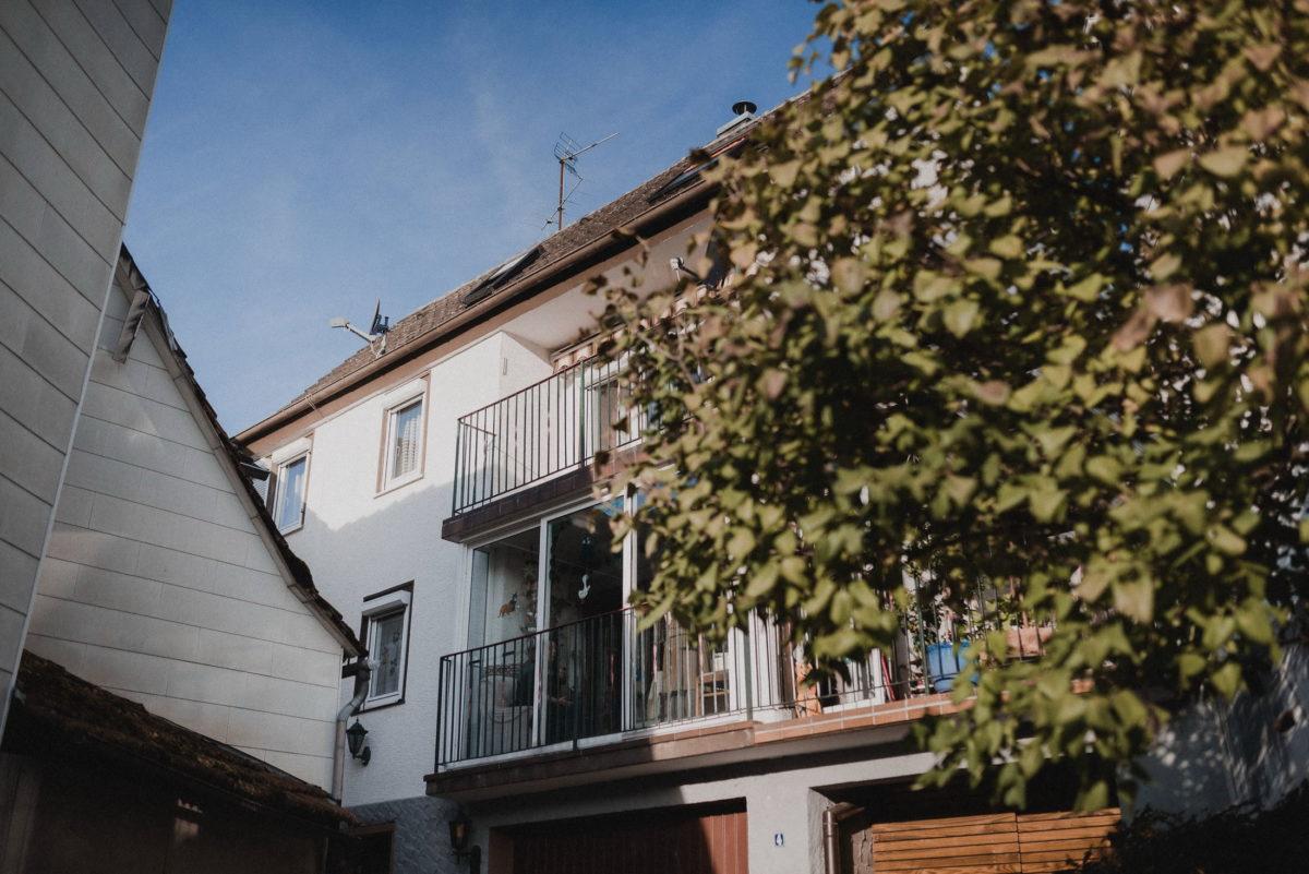 Mehrfamilienhaus,Balkon,Baum,Haus,Garage