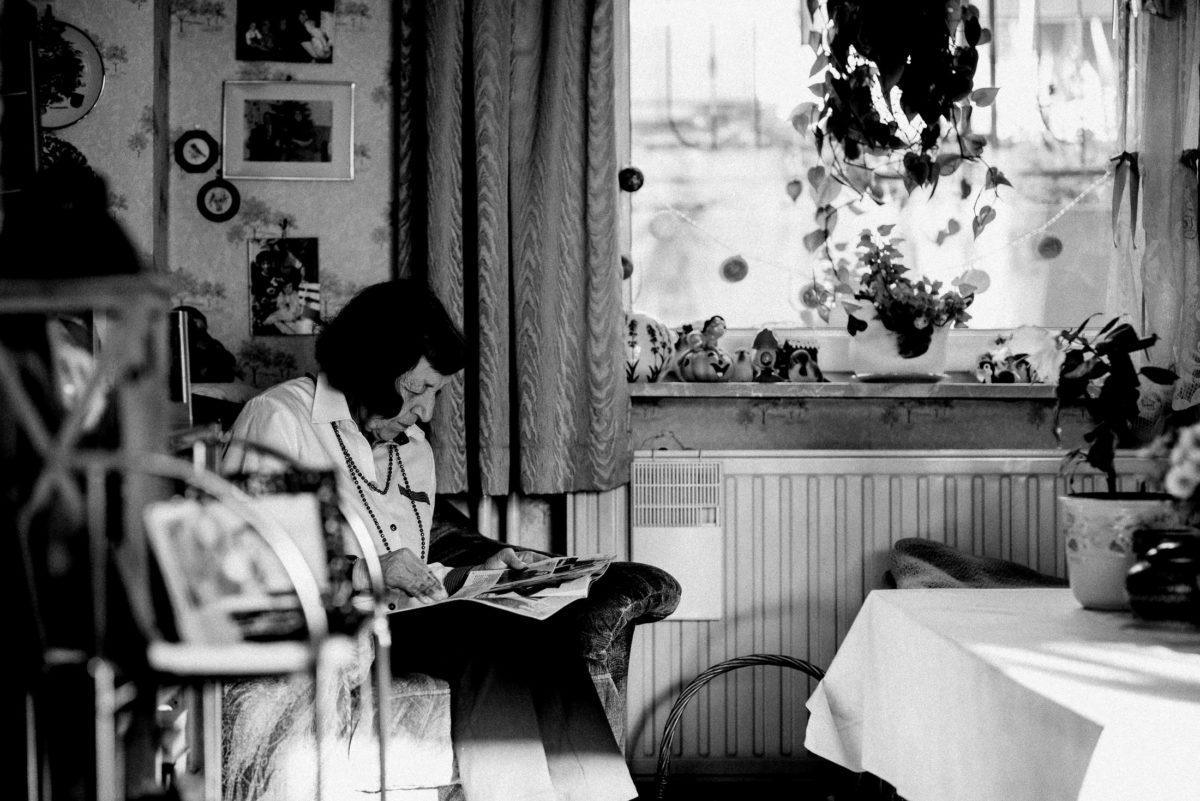 ältere Dame,Zeitung lesen,Wohnraum,