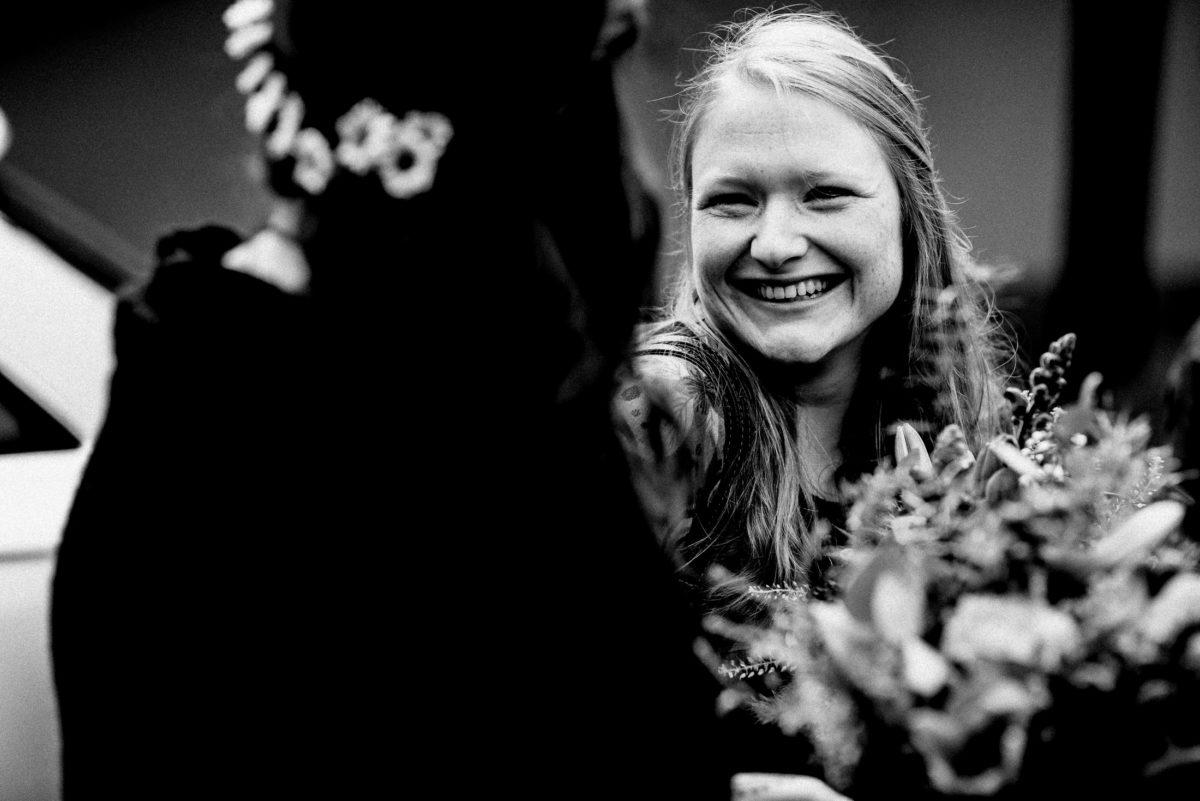 Brautankunft,Brautstrauß,lachen,Frauen