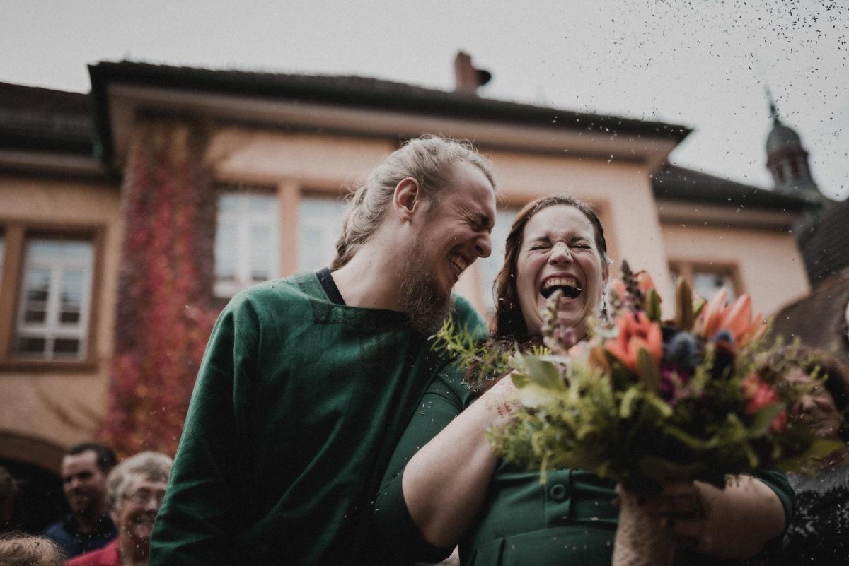 Hochzeitspaar Empfang,lachen,glücklich,Ausgang,Brautstrauß