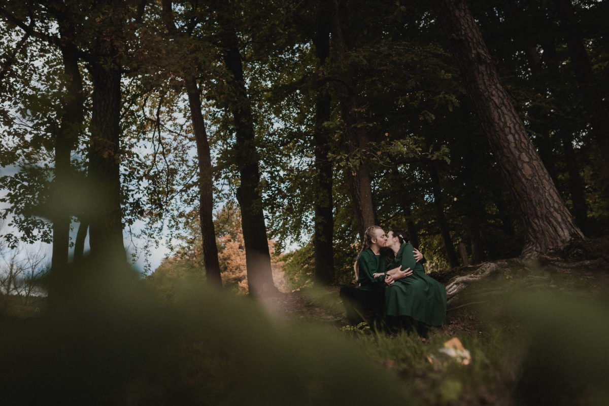 Weddingshooting,Wald,Baumstamm,Kuss