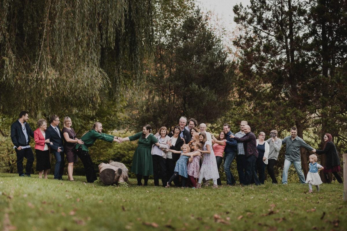Gruppenfoto,Familienbild,ziehen,Baumstamm,Wiese,Bäume