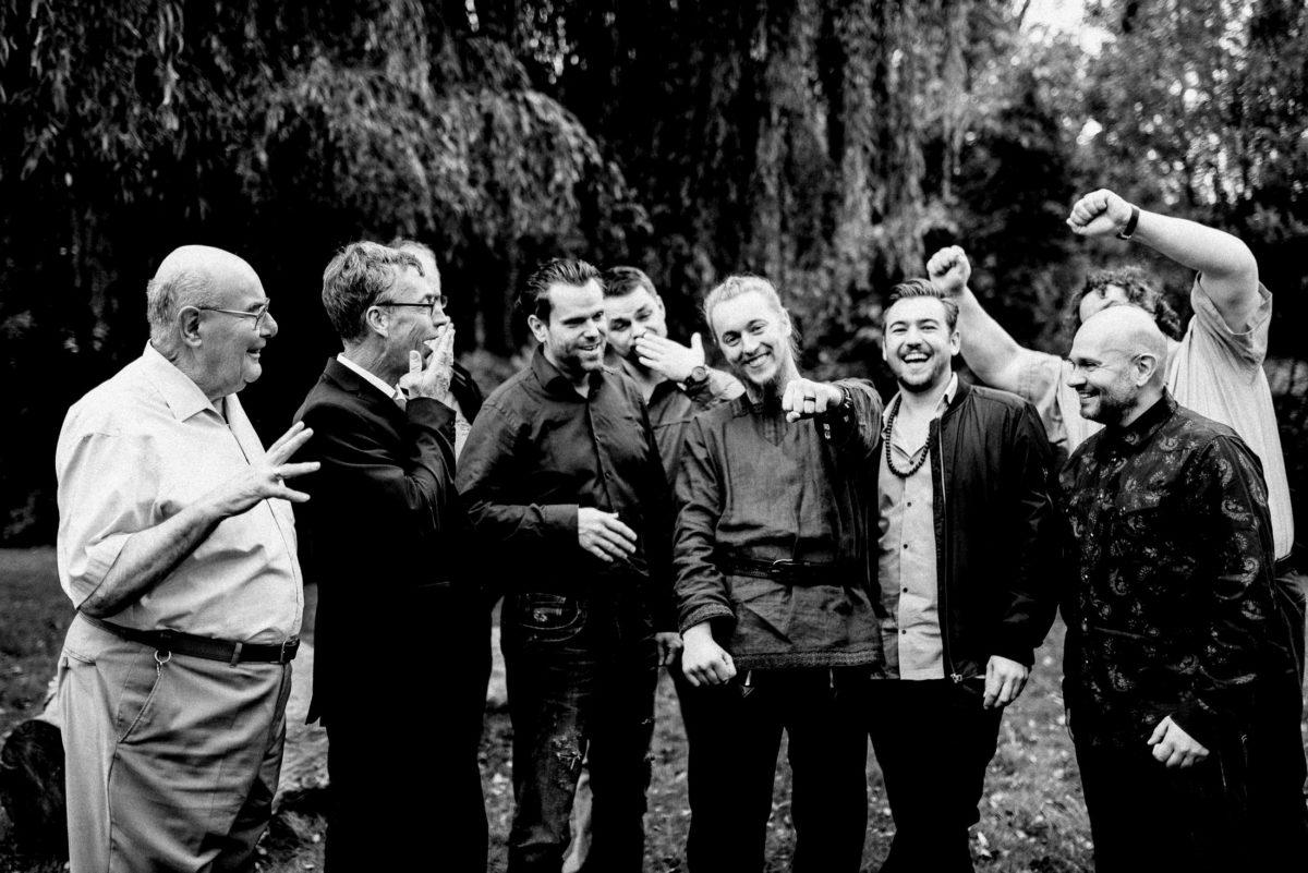 Männergruppenbild,lachen,Bäume,