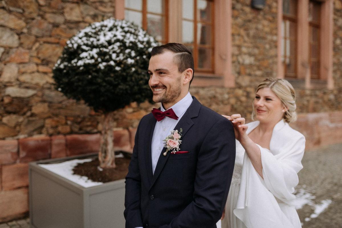 First Look,Braut,Bräutigam,Schnee,Steinmauer,Burg