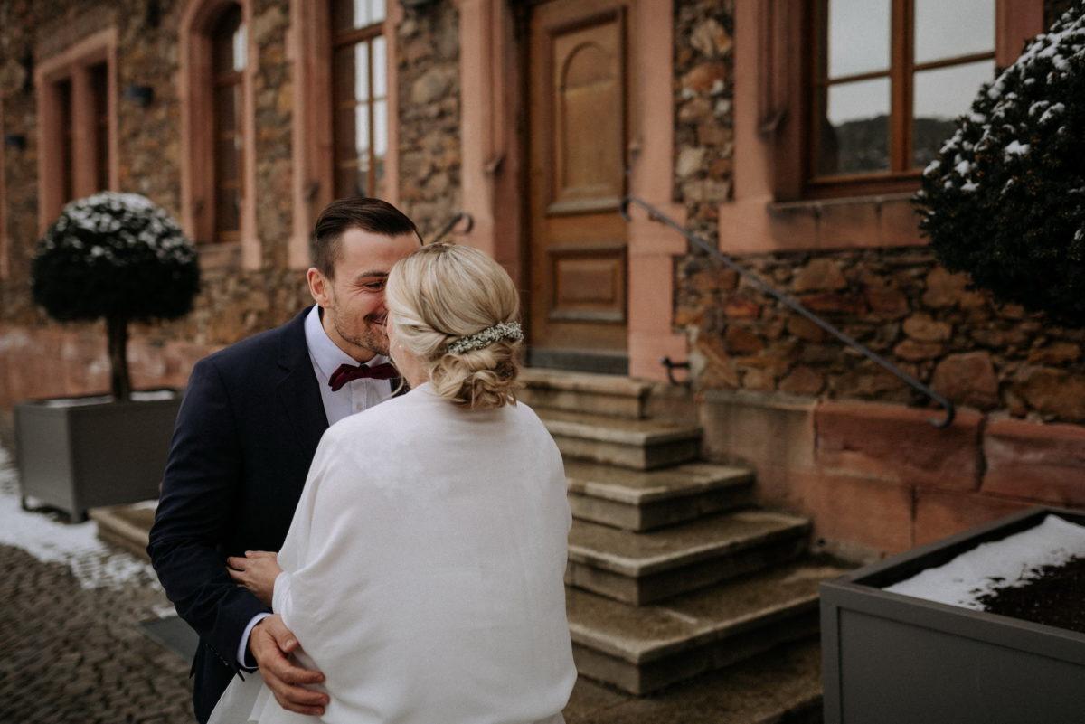 Kuss,Brautpaar,Eingang,vor der Trauung