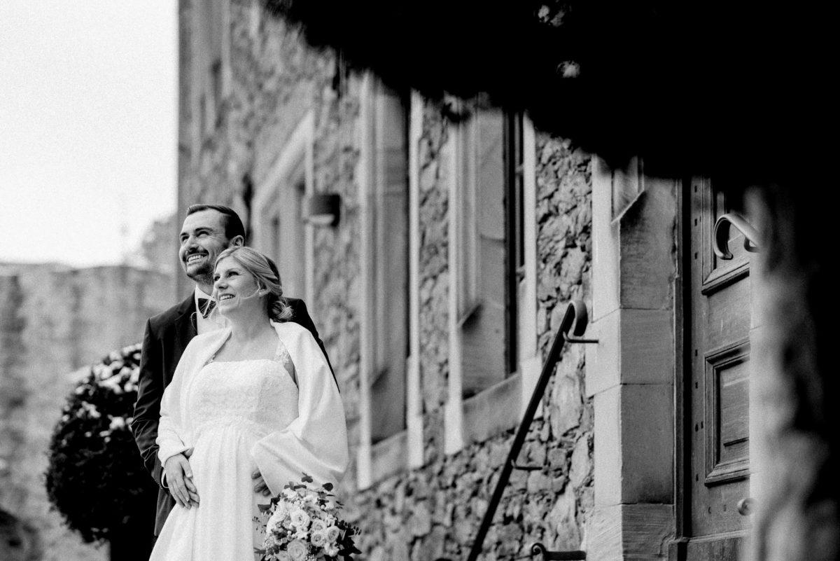 in die Ferne blicken,Brautpaar,Burg,Brautstrauß