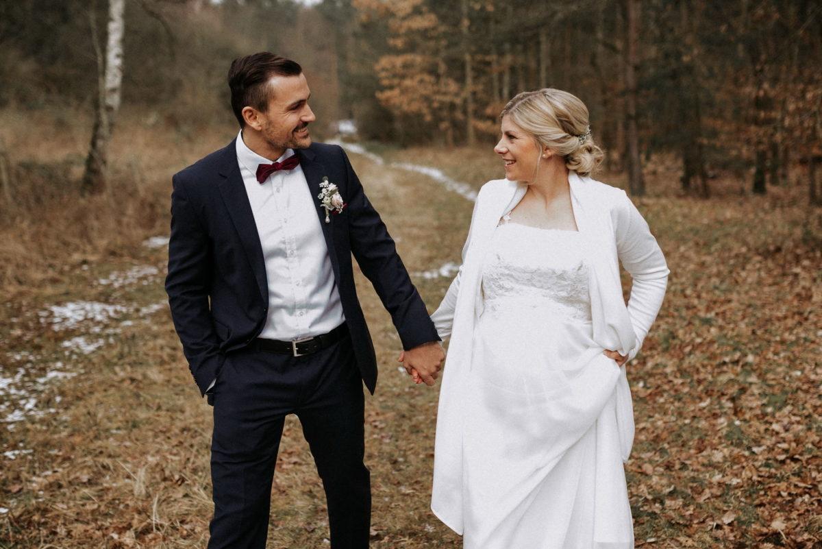 Hochzeitsshooting,Wald,Bäume,Laub,Brautkleid,Händchen halten