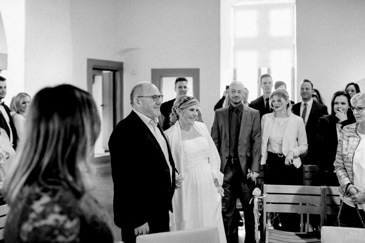 Hochzeitsgäste,Braut,Brautvater,Gang zur Trauung,