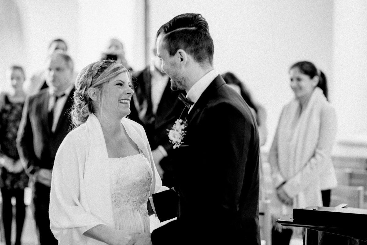Hochzeitspaar,Trauung,anblicken,lachen,Standesamt