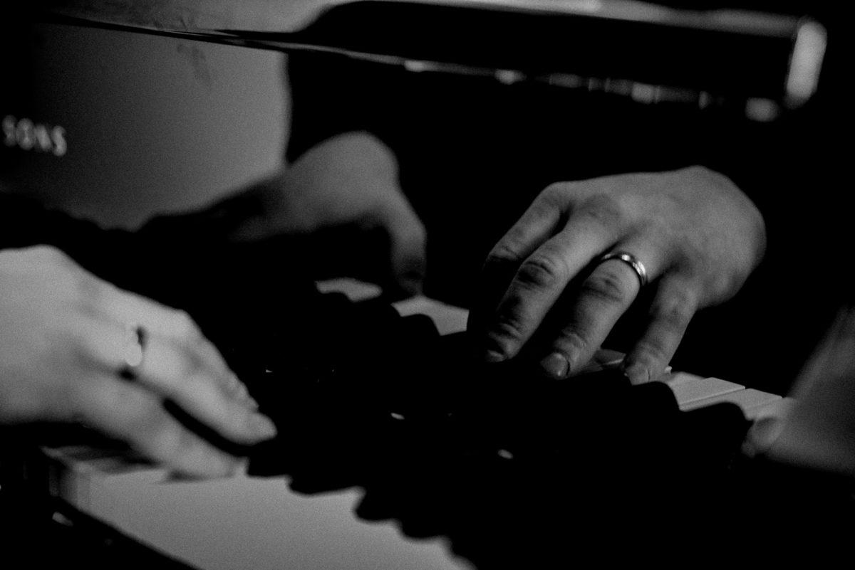 Klavier,Spiegelbild,Hände,Tasten,spielen,Ring,Musik