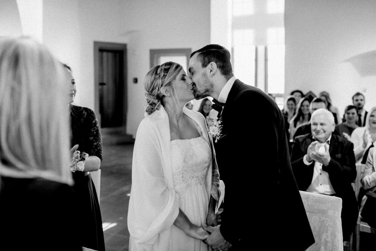 erster Kuss,Brautpaar,frisch vermählt,Standesamt