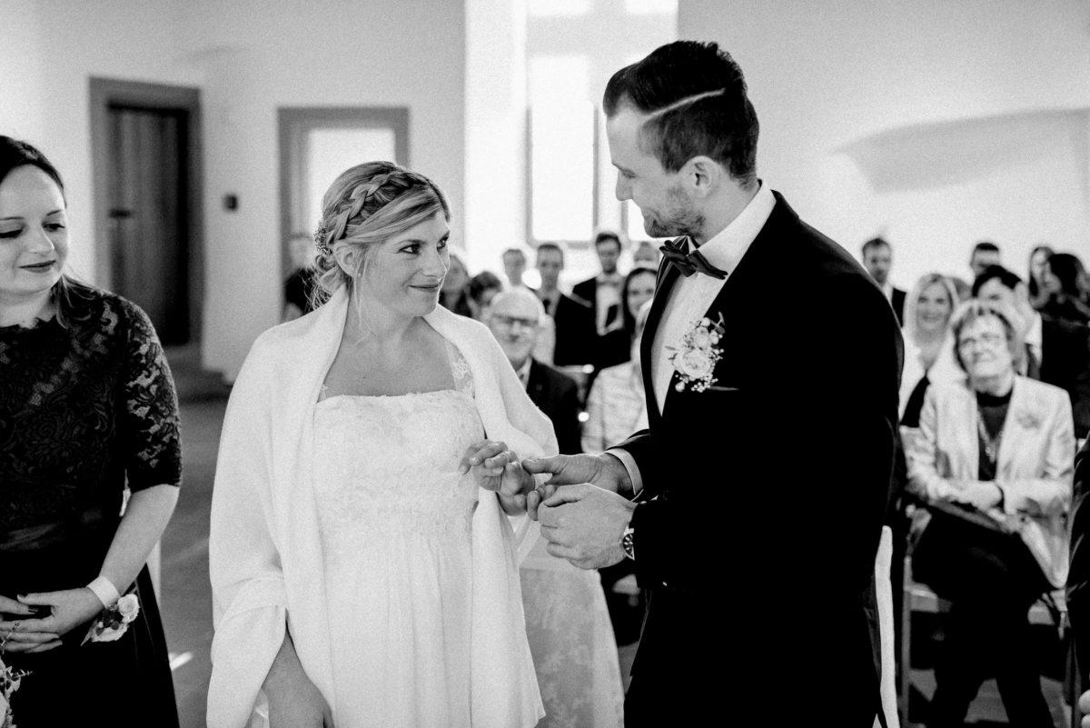 Ringübergabe,Flechtfrisur,Braut,lächeln,vertraute Blicke