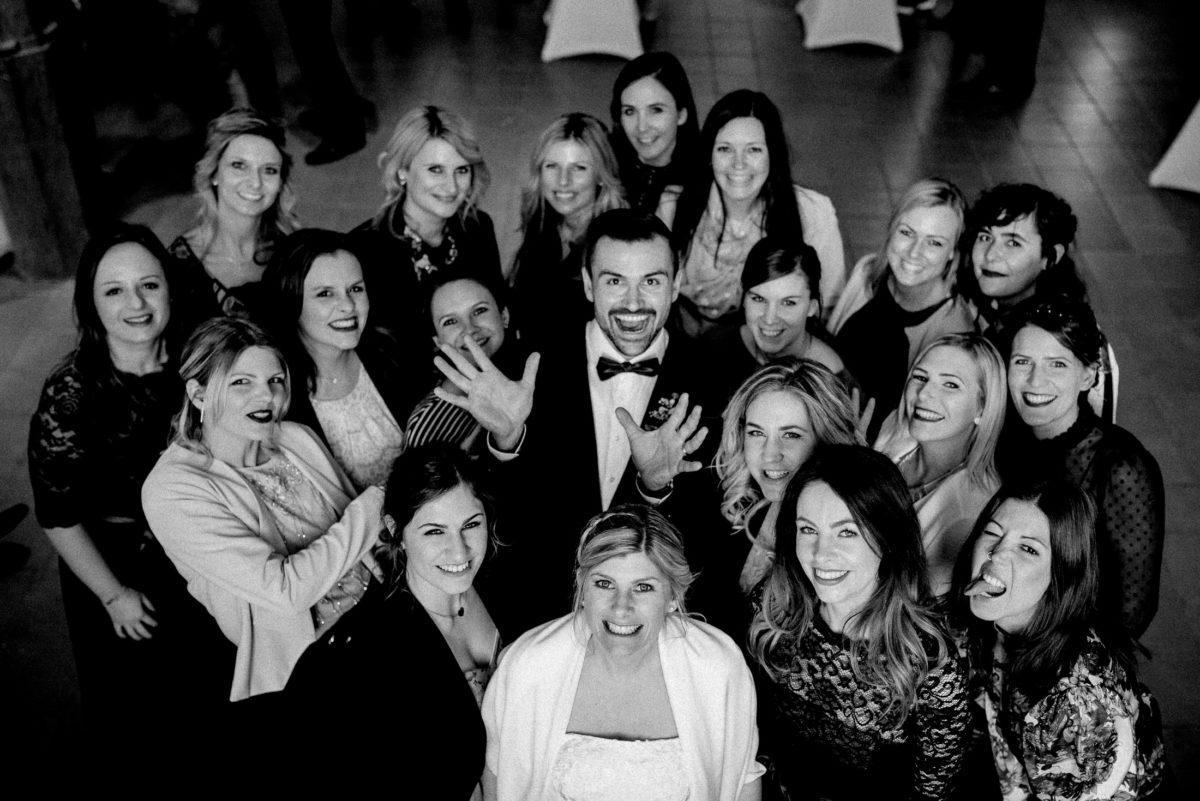 Gruppenfoto,Wedding,Brautpaar,Gäste,Freunde,Hahn im Korb