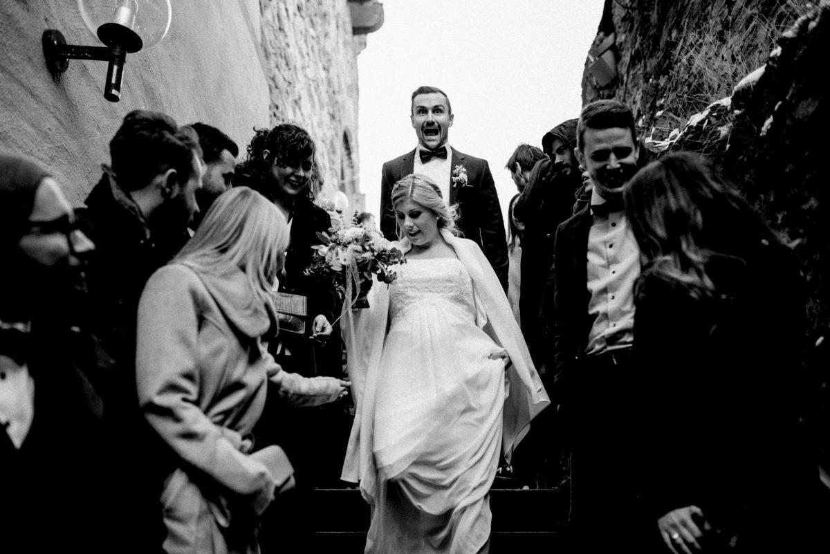 Ausgang Brautpaar,Brautstrauß,Steinmauern,Treppe