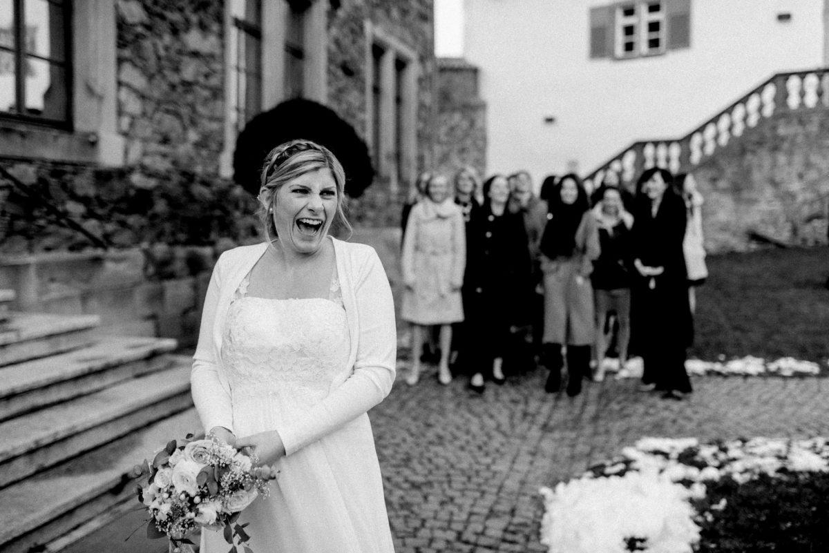 Brautstrauß werfen,Frauengruppe,Schnee,freude,Burghof