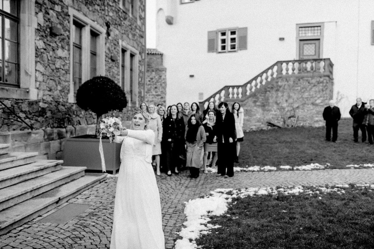 Brautstrauß,wurf,fliegen,Wiese,Schnee,Brautkleid