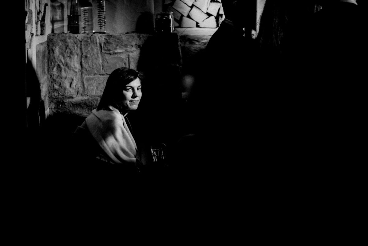Frau,Steinmauern,Holz,versteckt