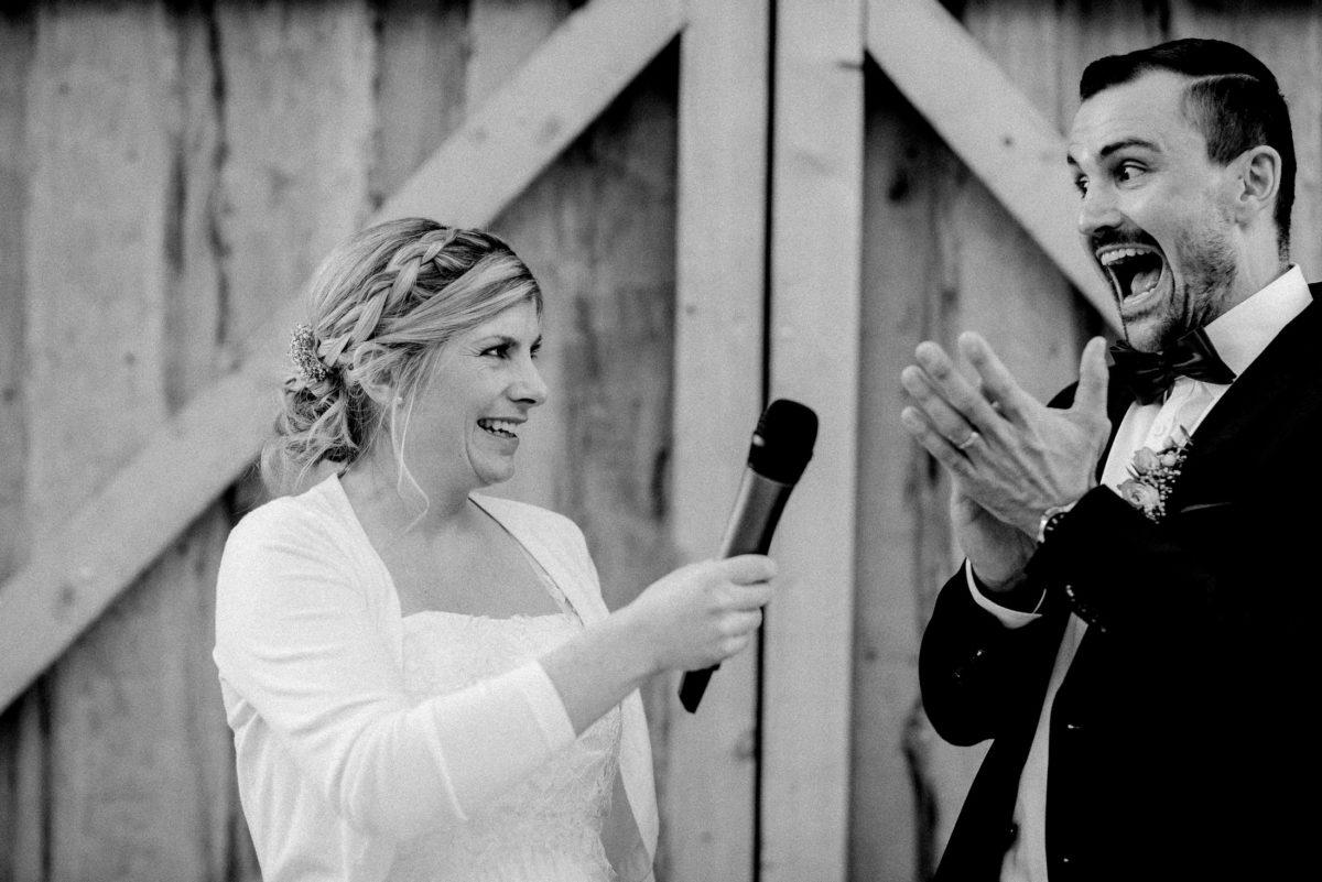 applaudieren,Hochzeitspaar,Feier,Rede,Mikrofon,Scheunentor,Holz