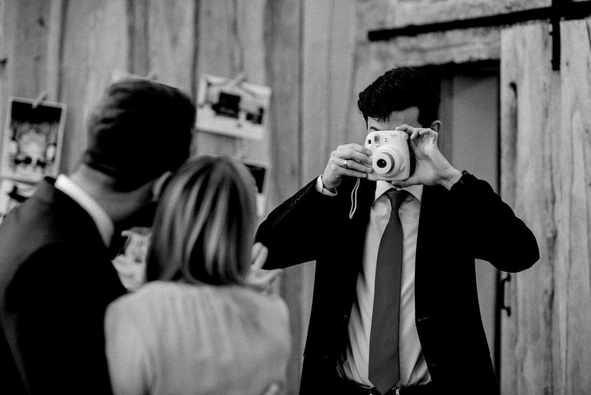 Holzscheune,Kamera,Bild machen,Paarfoto,Krawatte