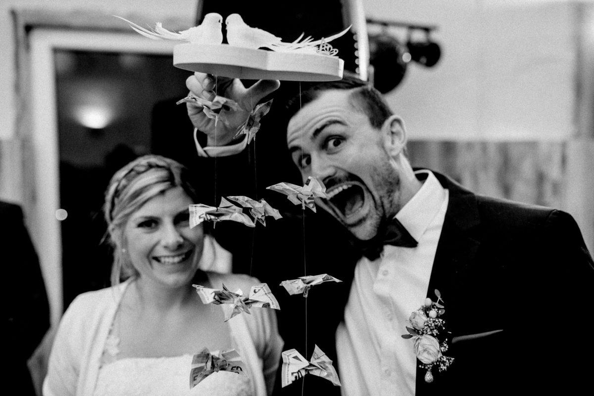 Hochzeitsgeschenk,Geld falten,weiße Taupen,Brautpaar