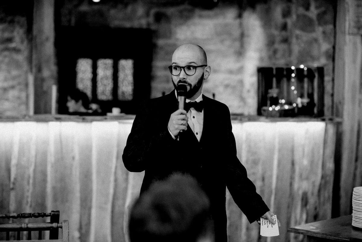 Rede halten,Mann,Fliege,Bart,schwarze Brille,Lesekarten