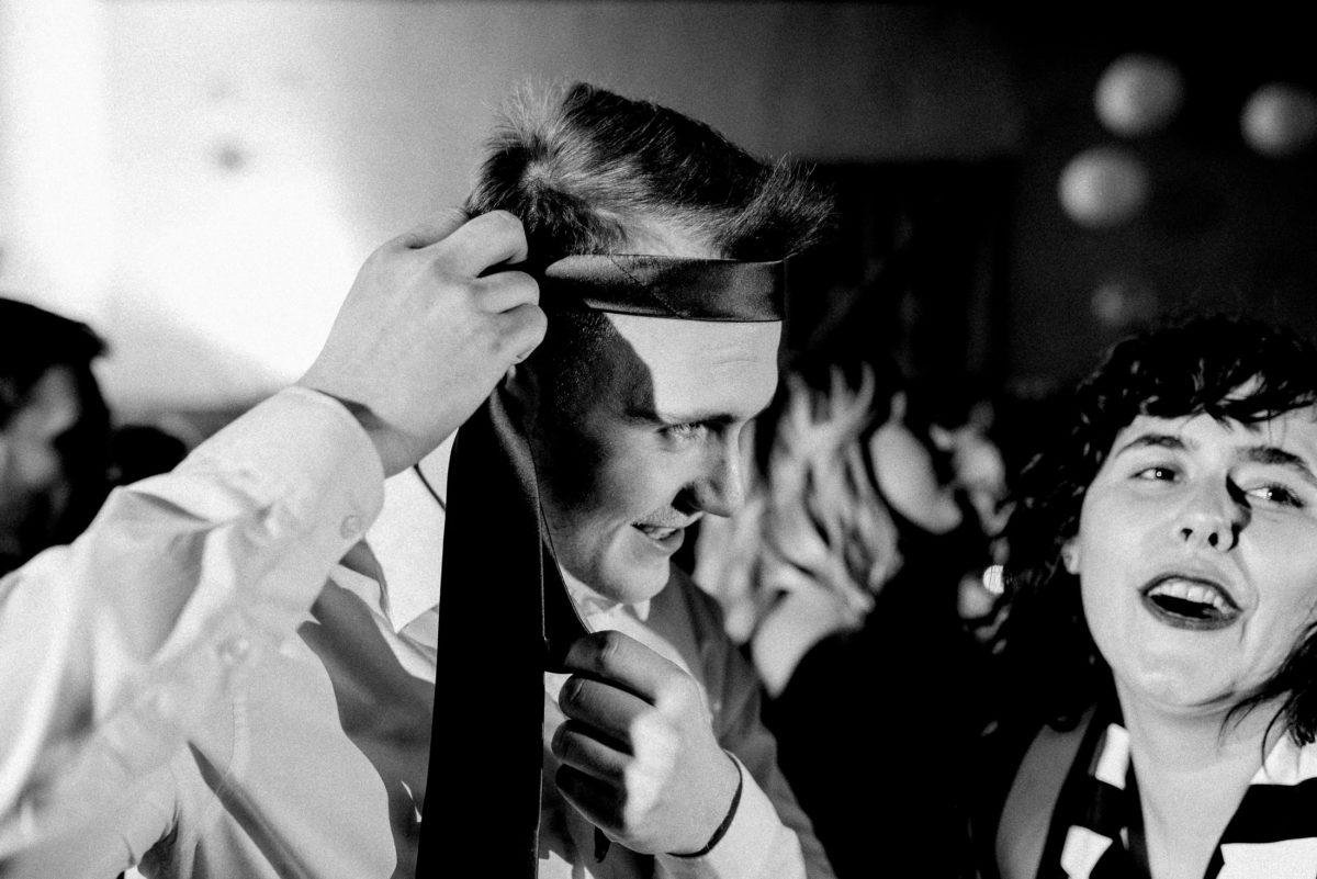Krawatte,Mann,Spaß machen,singen,tanzen,Frau