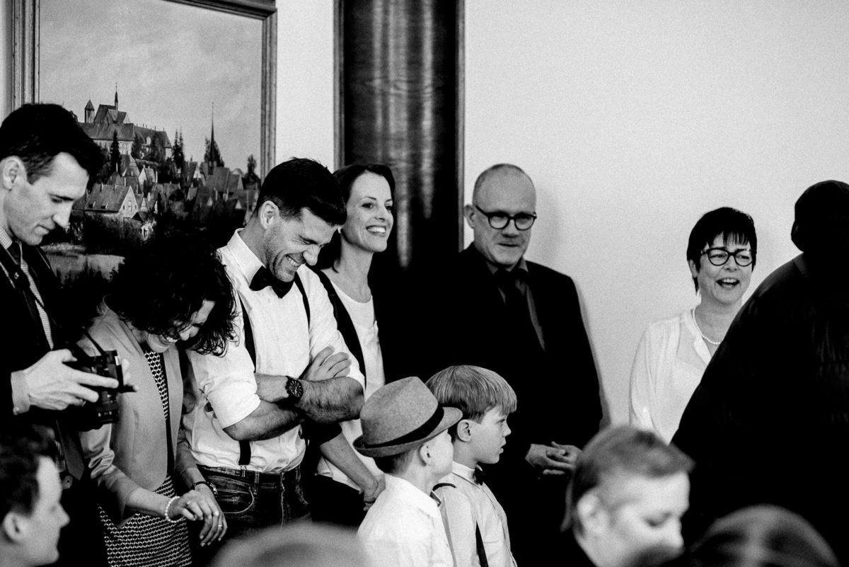 Hochzeitsgäste,Trauung,lachen,Kamera,Hut,schwarz weiß