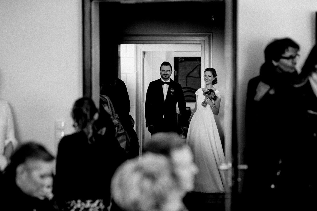 Brautpaar Einmarsch,Türbögen,Gäste,Brautkleid,Anzug