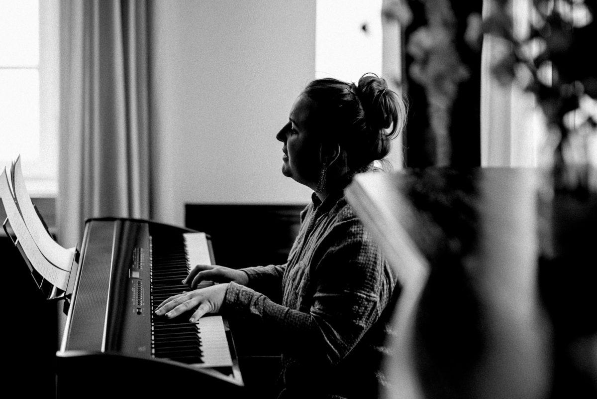 Keyboard spielen,Hochzeitsmusik,Frau,Notenblätter,
