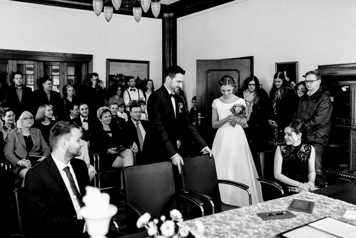 Standesamt,Trauung,Braut und Bräutigam,Platz nehmen,Stühle