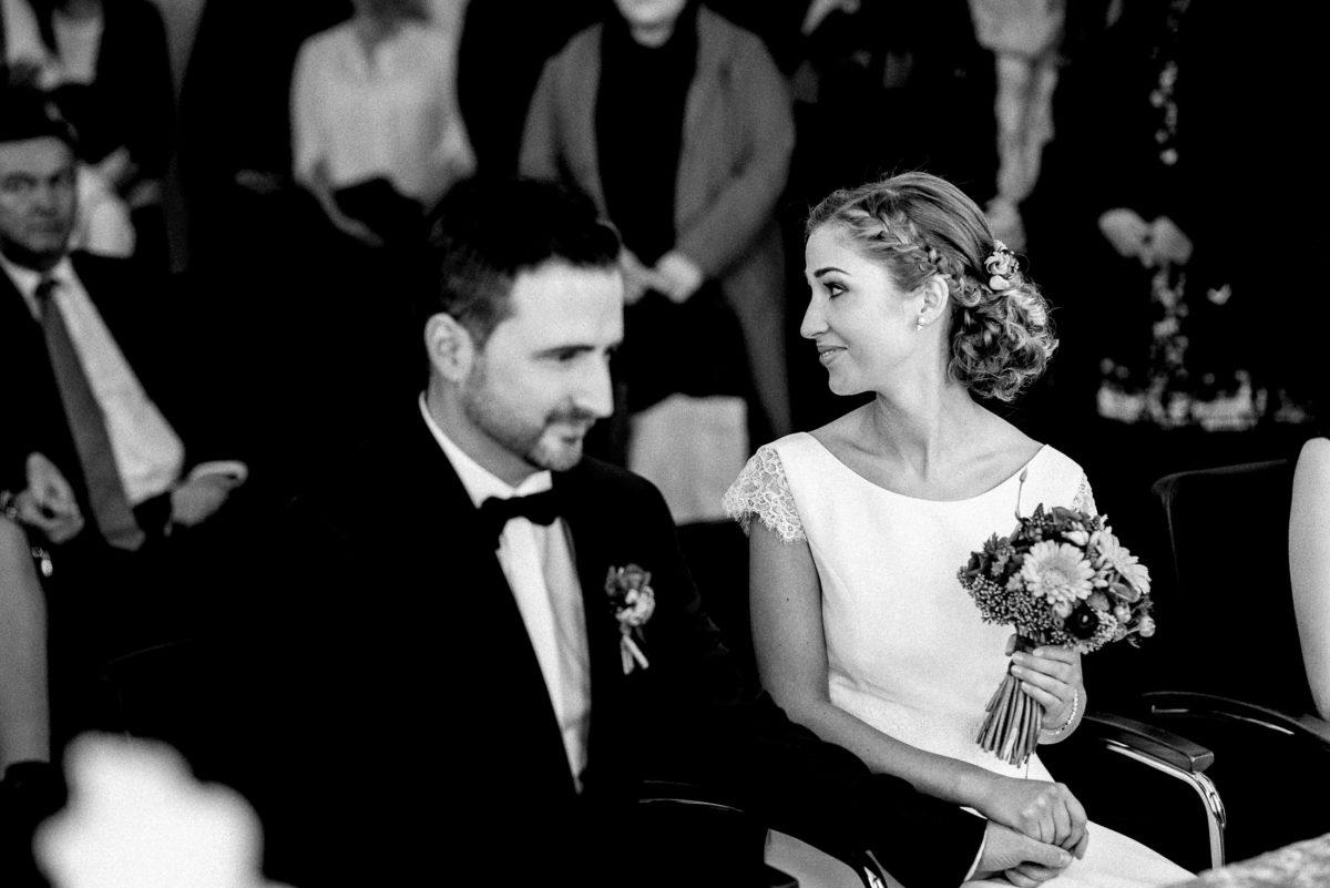 Braut,Brautstrauß,Flechtfrisur,Hochzeit,Spitzenärmel,Ansteckblume