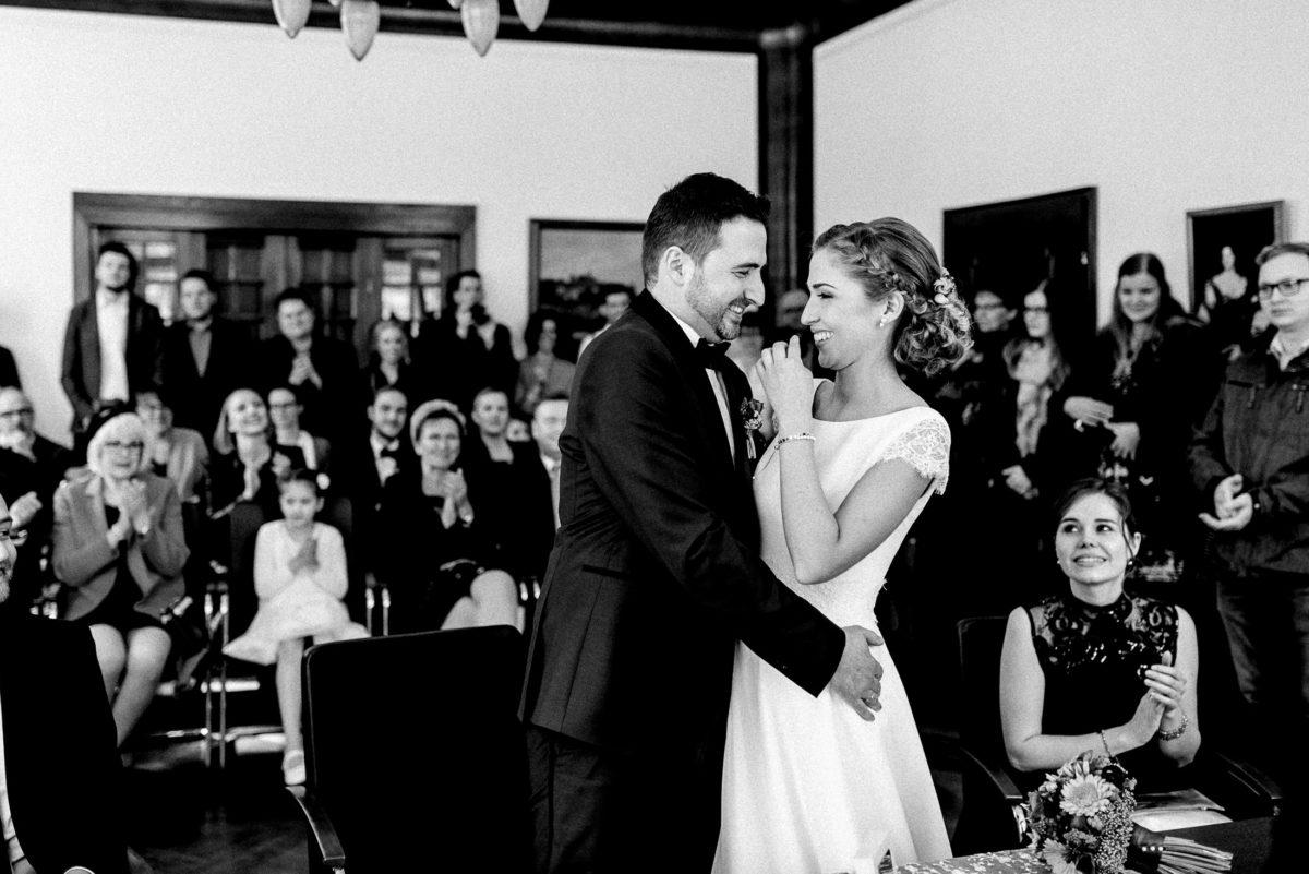 Gäste,Trauzeugin,umarmung,lachen,Hochzeitsfrisur