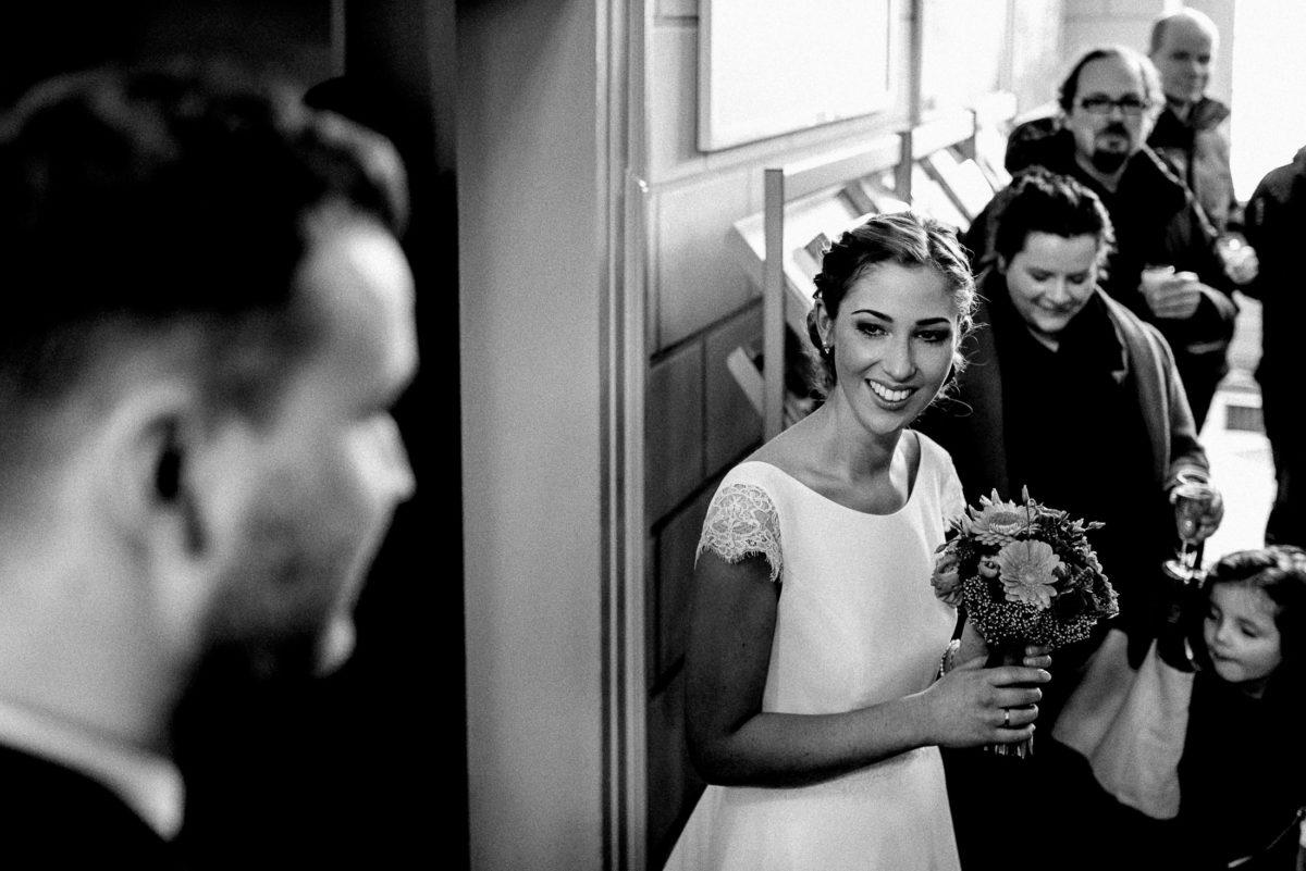 Braut, Hochzeitsstrauß,lachen,Ehering,Gäste,