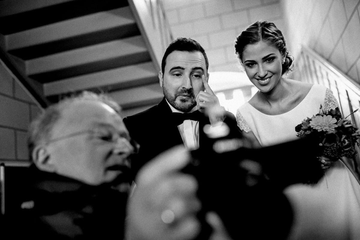 Brautpaar,frisch getrauut,Kamera,Bild sehen,anschauen,