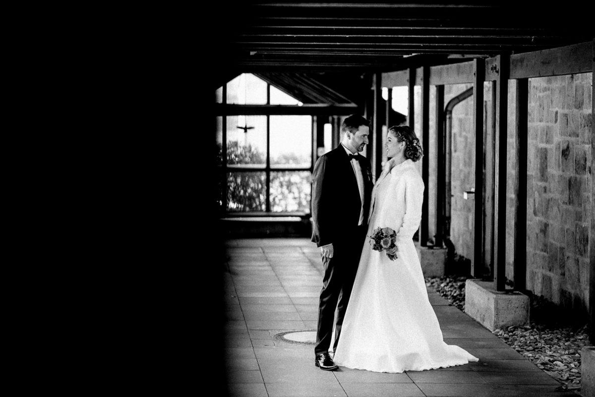 Steinmauer,Holzbalken,Wedding,Shooting,Brautkleid,